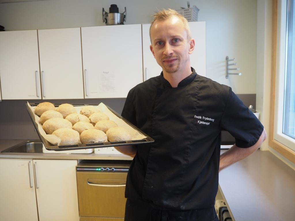 Fredrik Frydenborg-Olsen er kokk på Birkenlund og jobber for sunn og næringsrik mat til elevene.